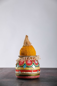 Dekorative kalash mit kokosnuss und blatt mit blumendekoration