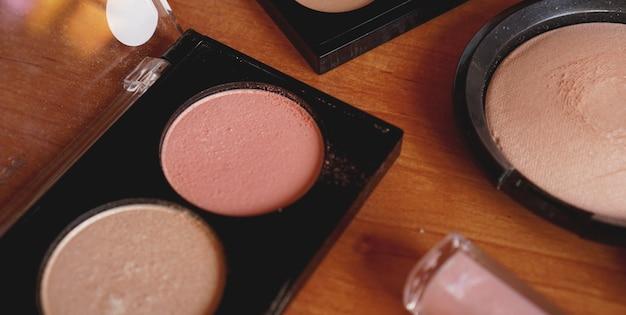 Dekorative kosmetik auf holzoberflächen-draufsicht und rückansicht