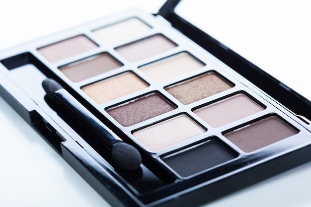 Dekorative kosmetik getrennt über weiß. make-up liefert