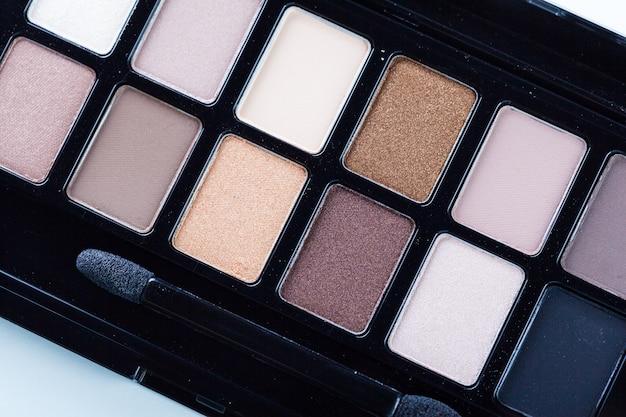 Dekorative kosmetik getrennt über weißem hintergrund. make-up liefert