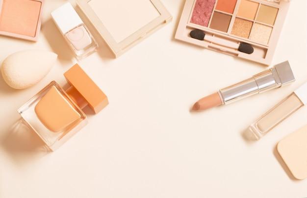 Dekorative kosmetik mit parfüm auf pastellfarbenem hintergrund