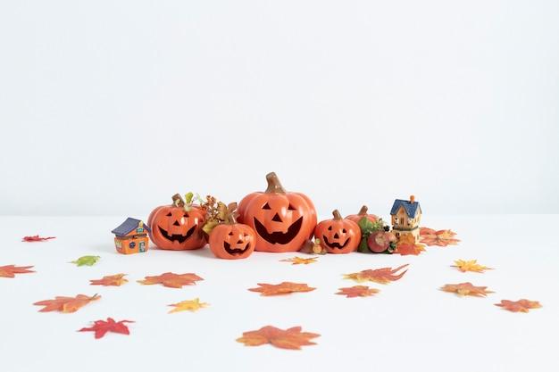 Dekorative kürbisse für halloween auf weißem hintergrund