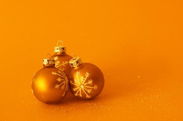 Dekorative kugeln auf orange hintergrund
