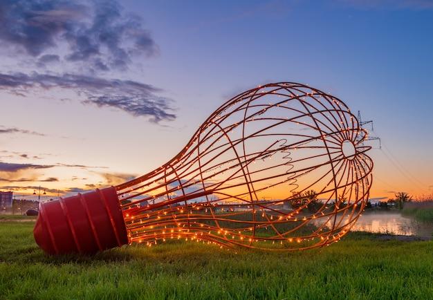 Dekorative metalllampe mit glühbirnen in einem stadtpark