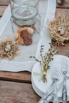 Dekorative ostereier serviert festliche tabelle. bauernhof. rustikaler stil.