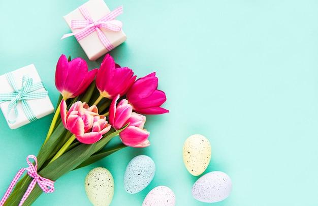 Dekorative ostereier und tulpen