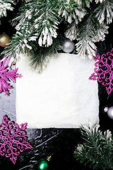 Dekorative schneeflocke weiß und rosa auf schwarzem hintergrund