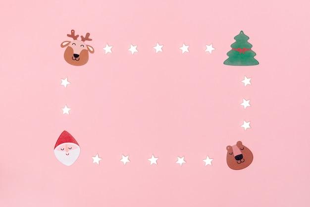 Dekorative sterne, weihnachtsmann, weihnachtsbaum, hirsch auf rosa papier