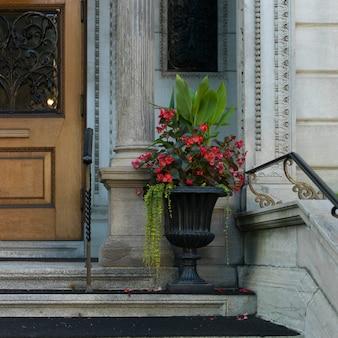 Dekorative urne außerhalb eines gebäudes, goldene quadratische meile, montreal, quebec, kanada
