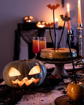 Dekorative verzierungen der halloween-partei auf tisch