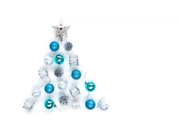 Dekorative verzierungen des weihnachtsbaums des silbernen sternes, der blauen kugeln, der lametta