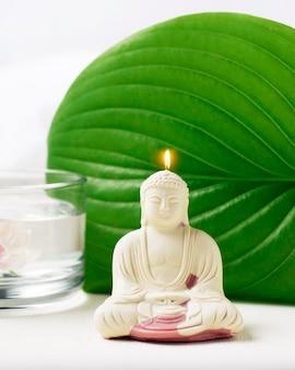 Dekorative wachskerze von buddha zur meditation.