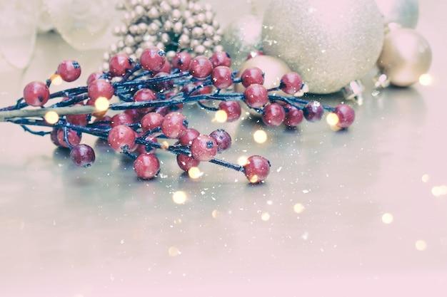 Dekorative weihnachten hintergrund mit dekorationen schnee und bokeh lichter