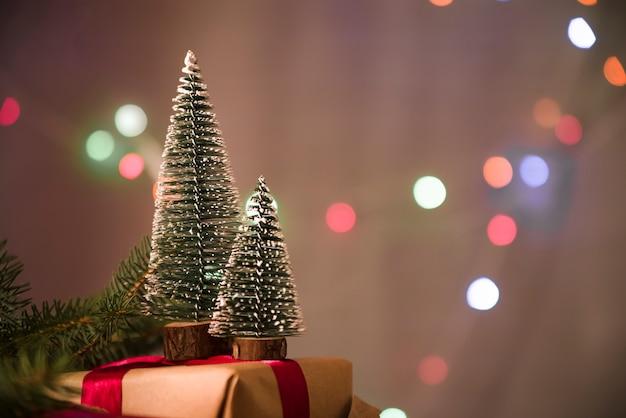 Dekorative weihnachtsbäume auf präsentkarton