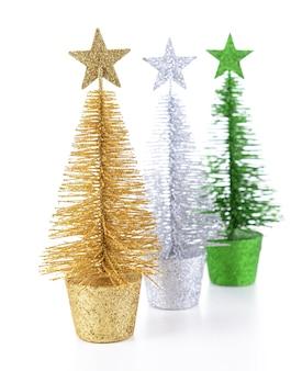Dekorative weihnachtsbäume isoliert auf weiß