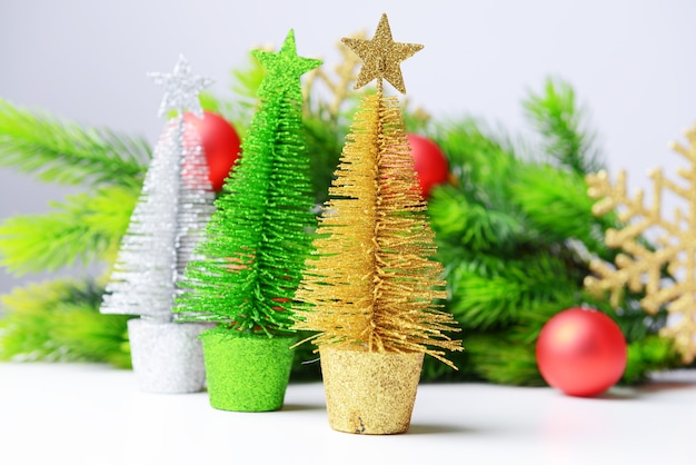 Dekorative weihnachtsbäume, tannenzweig, isoliert auf weiß