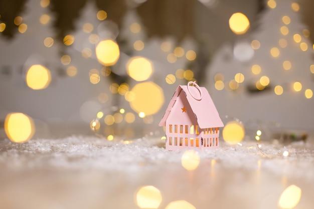 Dekorative weihnachtsfiguren. kleines spielzeughaus, weihnachtsgeschichte