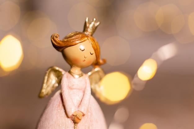 Dekorative weihnachtsfiguren. statuette eines weihnachtsengels