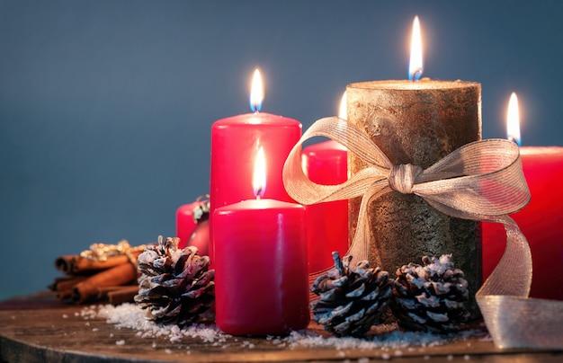 Dekorative weihnachtskerzen