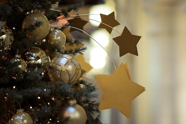 Dekorative weihnachtskomposition mit goldenen sternen auf einem weihnachtsbaum