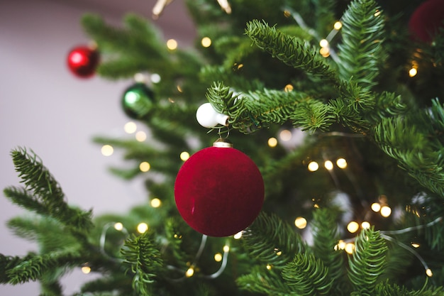 Dekorative weihnachtskugel auf zweig