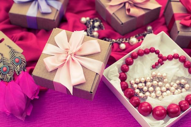Dekorative zusammensetzungsvorbereitung für die feiertagsdekoration geschenke