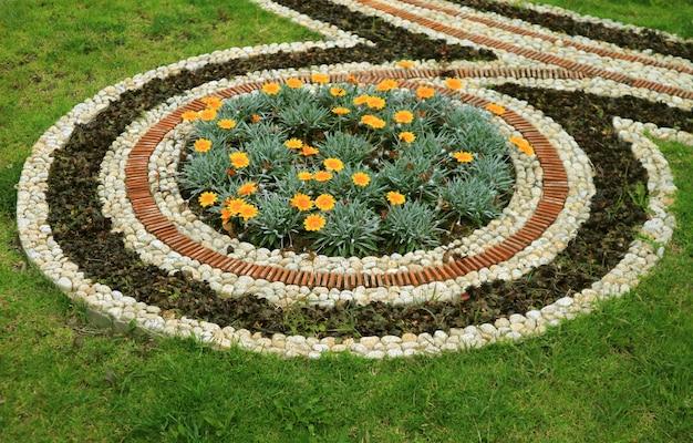 Dekorativer autumn flower bed im vorort-allgemeinen park von la paz, bolivien