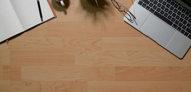 Dekorativer bürotisch des arbeitsplatzes mit laptop und büroartikel