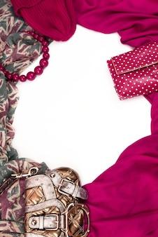 Dekorativer drapierrahmen aus textil.