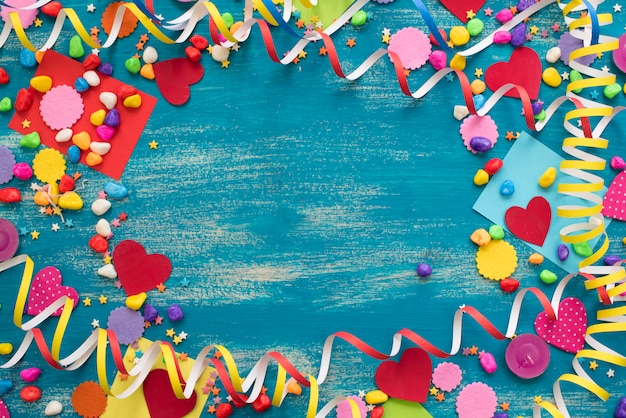 Dekorativer feiertagshintergrund mit ausläuferkonfettisüßigkeits-herzdekor.