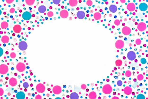 Dekorativer feiertagshintergrund mit farbigem konfetti.