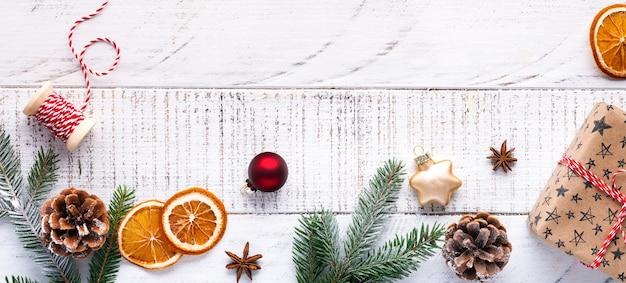 Dekorativer hölzerner weihnachtsbaum und stern, kegel und stoff verpackte geschenke, auf hellem hintergrund. zero-waste-konzept