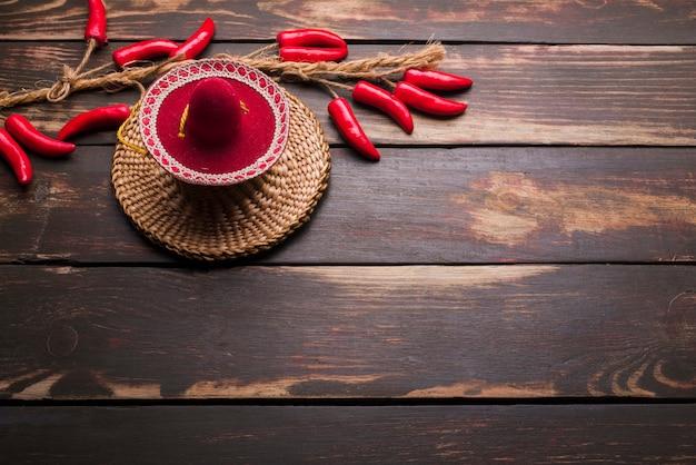 Dekorativer hut und chili auf twist