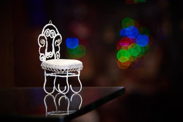 Dekorativer kleiner stuhl auf dunkelheit