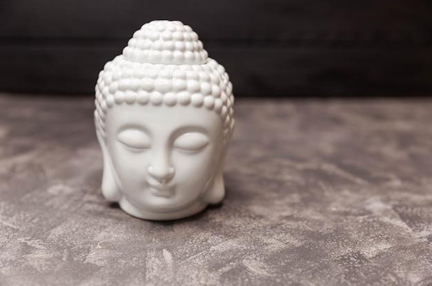 Dekorativer kopf der buddha-figur keramikkopf der buddha-statue