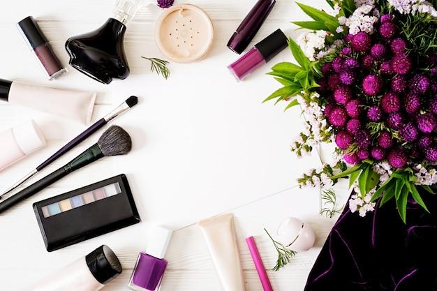 Dekorativer kosmetikhintergrund des modemodells mit blumen.