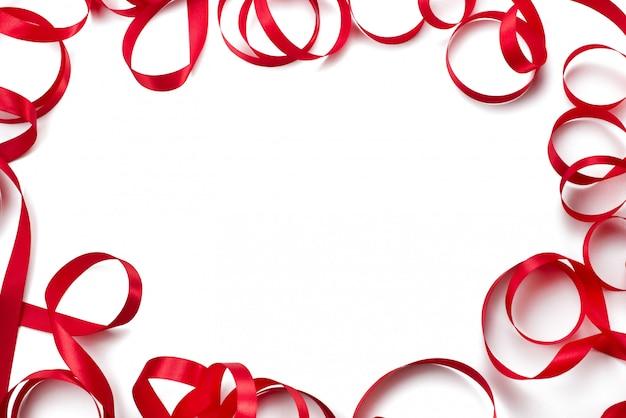 Dekorativer rahmen des draufsicht-kopienraumes des roten hintergrundes des satinbandes weißen