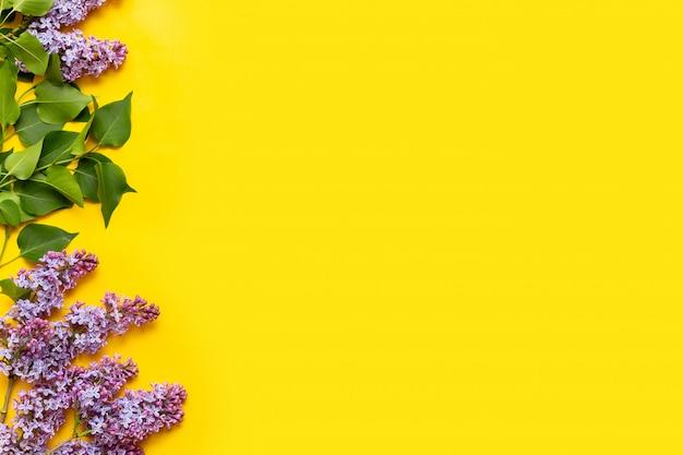 Dekorativer rahmen von lila blumen und von raum für text.