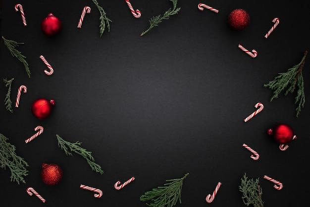 Dekorativer rand mit weihnachtsverzierungen