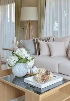 Dekorativer satz auf holztisch im modernen wohnzimmerinnenraum