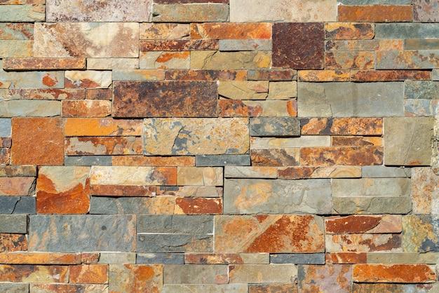 Dekorativer stein an der wand eines modernen hauses.