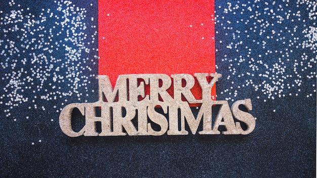 Dekorativer titel der frohen weihnachten zwischen verzierungsschnee
