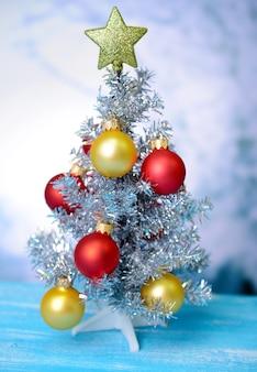 Dekorativer weihnachtsbaum, auf hellem hintergrund