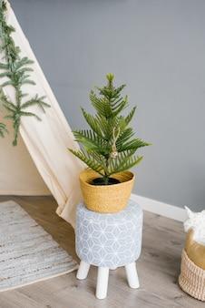 Dekorativer weihnachtsbaum im dekor des hauses oder der wohnung