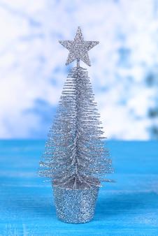 Dekorativer weihnachtsbaum isoliert auf weiß