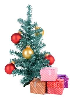 Dekorativer weihnachtsbaum mit geschenken isoliert auf weiß