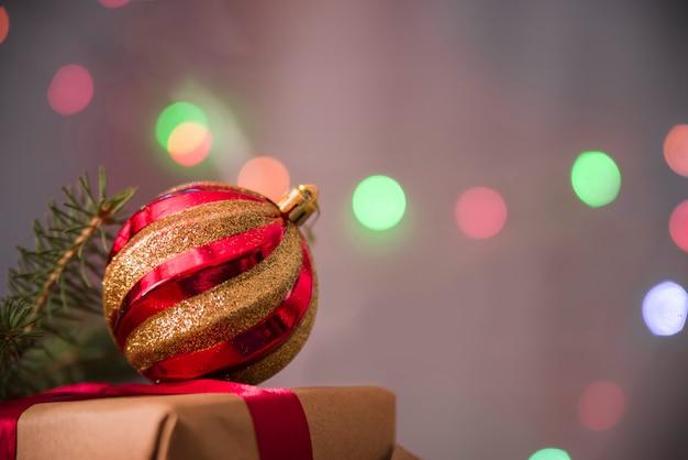 Dekorativer weihnachtsflitter auf geschenkbox