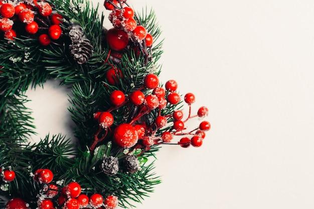 Dekorativer weihnachtskranz aus stechpalmen-, efeu-, mistel-, zedern- und leyland-blättern