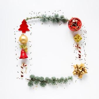 Dekorativer weihnachtsrahmen auf weißem hintergrund