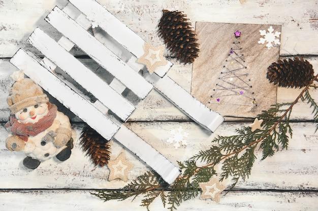 Dekorativer winterschlitten. weißer schlitten. weihnachtsdekoration. weihnachtskomposition. guter neujahrsgeist